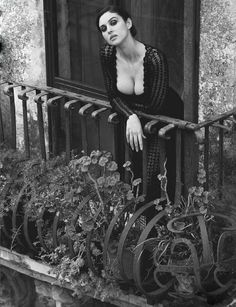 Monica Bellucci © Ferdinando Scianna/Magnum Photos I have never looked up into a window and not wanted to see a woman there undressing. Magnum Photos, Italian Women, Italian Beauty, Most Beautiful Women, Beautiful People, Absolutely Gorgeous, Actrices Sexy, Italian Actress, Foto Art