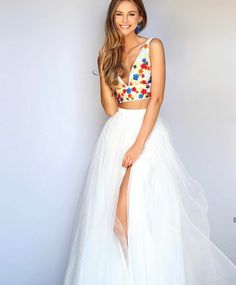 Sherri Hill two piece prom dress. Full whute tulle skirt with high side slit and colorful slim strap, deep v hem cropped top. I love the pure white skirt complimented with the color wheel flowers on the top. Gorgeous! #SherriHill #Prom #PromDress #White #Tulle #Floral ~eh