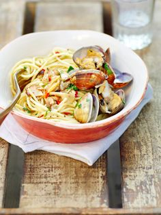 spaghetti alle vongole - one of my absolute favourite pasta dishes. Good Food, Yummy Food, Clams, Fish And Seafood, Pasta Dishes, Italian Recipes, Nutrition, Dining, Yum Yum