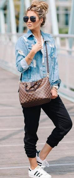 casual style perfection / denim jacket + top + bag + pants + sneakers Outfits Niños, Cool Outfits, Casual Outfits, Joggers Outfit, Denim Outfit, Sweatpants, Sporty Style, Casual Street Style, Best Jean Jackets
