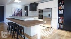 a warmer kitchen again: use of different colors on cabinetry and bench