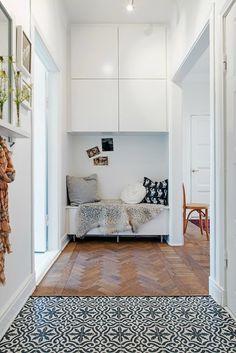 Een vloer kan een combinatie van tegels en hout zijn, de overgang van een houten vloer naar de tegelvloer kan op een speelse manier, een bijzondere look!