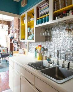 Cozinha azul e amarelo  Revestimento de ladrilhos metálicos