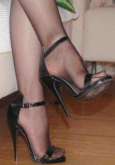 @nataliiaverteletska #hothighheels #blackhighheelsstrappy #stilettoheelslegs
