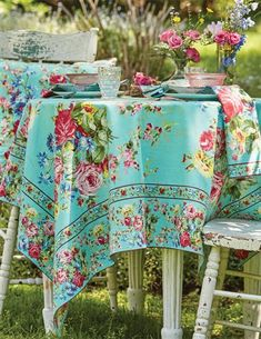 Floral Tablecloth, Outdoor Tablecloth, Rose Cottage, Cottage Style, Table Turquoise, Party Centerpieces, Table Decorations, French Table Setting, Vintage Garden Parties