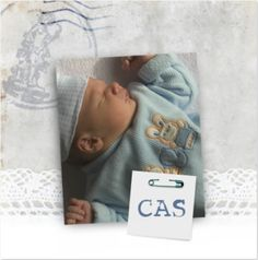 Lief modern nostalgisch vormgegeven geboortekaart voor een jongen met kant en eigen foto. Op de babyfoto zit een kaartje gespeld met de naam. Alle elementen zijn naar smaak aan te passen zodat je zelf een unieke geboortekaart kunt creëren.