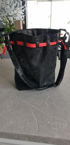 Sac seau Calypso en simili comodo noir et liens rouges cousu par Laeti - Patron Sacôtin Diaper Bag, Calypso, Bags, Fashion, Bucket Bag, Sewing, Black People, Handbags, Moda