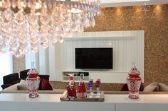 Os outros 2 Ambientes Sociais são a Sala de Jantar com Mesa em Madeira Maciça 3x1 de 6 Lugares e Lindo Lustre e, A Sala de TV com Confortável Sofá Adrian de 4 Lugares com Aparador, 2 Potronas Giratórias e Smart TV 3D Samsung, LED Full HD com Sensor de Movimento e Comando por Voz.