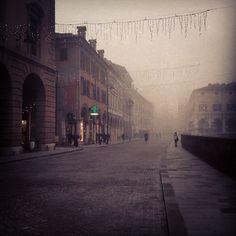 La nebbia scende sulle luci di Natale, Ferrara - Instagram by @futurali