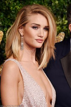 Rosie Huntington-Whiteley in low-cut gown at British Fashion Awards - Frisuren Long Bob Hairstyles, Trending Hairstyles, Short Haircuts, Rosie Huntington Whiteley Haircut, Rosie Whiteley, Medium Hair Styles, Short Hair Styles, Actrices Sexy, Hair Colors