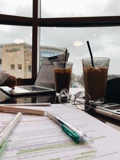 Ice coffee & study, what could be better? Ice coffee & study, what could be better? Coffee Study, Coffee Art, Coffee Break, Iced Coffee, Morning Coffee, College Aesthetic, Study Organization, School Study Tips, Study College