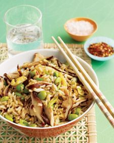Tip van deVegetariër: De basis van dit gerecht is rijst met shiitake-paddenstoelen (groentekoeling supermarkt), met sesamolie en sojasaus. Je kunt het hierbij laten als je het makkelijk wilt,