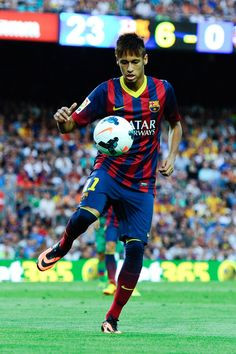 Neymar of FC Barcelona controls the ball during the La Liga match between FC Barcelona and Levante UD at Camp Nou on August 18, 2013 in Barc...