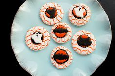 Using Halloween royal icing transfers is a fun simple way to decorate cookies, cupcakes, cakes and cake pops. Use these free bat, cat and ghost templates. Halloween Biscuits, Halloween Sugar Cookies, Halloween Treats, Halloween Fun, Halloween Decorations, Fall Cookies, Sweet Cookies, Cute Cookies, Royal Icing Templates