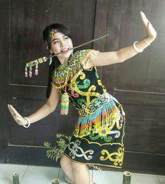 Gadis Dayak cantik dan perkasa di Malinau, Kaltara, Indonesia Short Sleeve Dresses, Dresses With Sleeves, Borneo, Traditional Outfits, Japanese, Princess, Face, People, Beauty