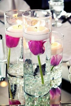 Table decoration with tulips - festive table decoration ideas with spring flowers - Tischdeko - Vase ideen Submerged Centerpiece, Tulip Centerpieces, Centrepieces, Purple Candles, Tulip Table, Festa Party, Before Wedding, Ideas Para Fiestas, Floating Candles
