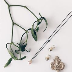 🌿Kisses under the mistletoe🌿  #småkys #kyskager #meringue #meringuekisses #ferskvandsperle #freshwaterpearls #tahitiperler #tahitianpearls #kissesareneveroutofseason #altidtidtilkys #gold #guld #silver #sølv #diamond #diamant #smykker #jewelry #jewellery #guldsmed #jeweller #goldsmith #handcrafted #handmade #danishdesign #guldsmedlouisedegn