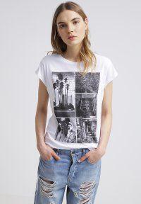 Esta es una excelente camiseta para llevar a la escuela. Es una camiseta blanca con un diseño impreso agradable. En mi opinión, se ve bien.