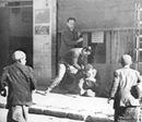"""بعد قليل ............أهم أحداث يوم 26 يناير . (الصورة نادرة لرجل فلسطيني يطعن الصحفي الصهيوني """"أشر لازار"""" حتى الموت في القدس بعد إساءته لرسول الله ﷺ عام1947م)"""