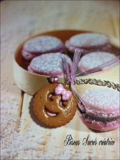 Un beau biscuit de goûter de 4 H  BN à la fraise coquette  Réalisation avec de la pâte polymère ( fimo )  Sautoir gourmand sur une chaîne argenté
