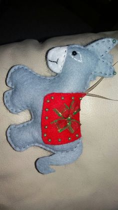 Felt Donkey Christmas Ornament Christmas Donkey, Christmas Mom, Christmas Sewing, Xmas, Felt Ornaments Patterns, Felt Patterns, Felt Christmas Decorations, Felt Christmas Ornaments, Felt Crafts Diy
