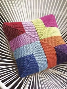 The knitting pattern for this wonderfully colourful cushion cover is worked using garter-stitch squares. A home accessory that promises to brighten up any ro. Knitted Cushion Covers, Knitted Cushions, Knitted Blankets, Cushion Cover Pattern, Chair Cushions, Crochet Pillow Pattern, Crochet Patterns, Knit Pillow, Knitted Squares Pattern