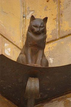 The bronze cat sits enthroned at one of the most distinguished sites of Saint-Petersburg, on the Malaya Sadovaya front of the beautiful Art Nouveau Elisseeff Emporium which was built in 1903 on the Nevsky Prospekt. I Love Cats, Crazy Cats, Cool Cats, Animal Sculptures, Sculpture Art, Tableaux Vivants, Cat Statue, Photo Chat, Cat Sitting