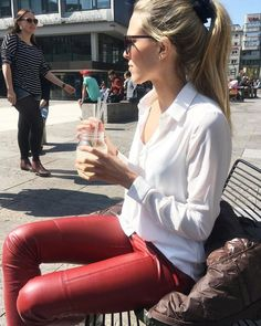 Pin by Laptantidel Latuda on lederhosen damen in 2020 Legging Outfits, Leder Outfits, Sporty Outfits, Leggings Fashion, Leather Pants Outfit, Leather Jeans, Winter Mode Outfits, Winter Fashion Outfits, Lederhosen Outfit