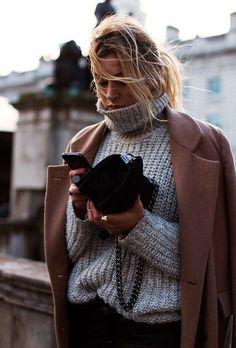 Gola bem alta em street style de inverno.