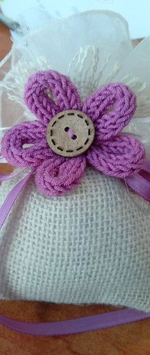 bomboniera in iuta con fiore in tricotin Spool Knitting, Crochet Flowers, Couture, Confetti, Loom, Gadgets, Diy Crafts, Mary, Craft Ideas