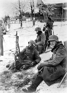 1941, Germans resting during the Battle of Moscow. Note that the guy in the middle has an MG34. Looks like these guys were lucky to get there a greatcoats, not that it would have kept them that warm. Altogether, the Axis powers lost 174,00-400,000 of their troops trying to take Moscow.
