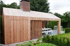 Dit prachtige buitenverblijf geeft ruimte aan uw tuinspullen maar heeft een prachtig open gedeelte voor een buitenkeuken of lounge-hoek.