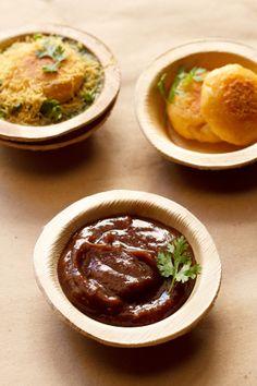tamarind dates chutney recipe – sweet tangy gooey chutney made with tamarind, dates and jaggery that is often accompanied with indian chaat snacks like bhel puri, sev puri, aloo tikki, pani puri.