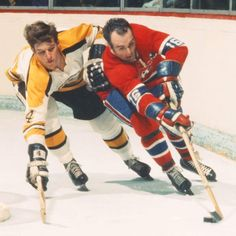 Henri Richard of the Canadiens fights of a check from Bobby Orr of the Bruins . Hockey Rules, Hockey Teams, Ice Hockey, Montreal Canadiens, Henri Richard, Hockey Decor, Hockey Hall Of Fame, Hockey Pictures, Bobby Orr
