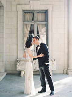 Buena combinación: novia vestida de Jenny Packham y novio de negro con pajarita   Love Chocolate and Weddings