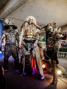 Wasteland Warriors: Seasian & Krra (l.Seasian Belsmit - Check out his artist page Schoene Waffen where you can see a bunch of stunning larp safe prop weapons! Mad Max, Fallout, Diy Costumes, Cosplay Costumes, Fun Art, Cool Art, Urban Samurai, Apocalypse Gear, Wasteland Warrior