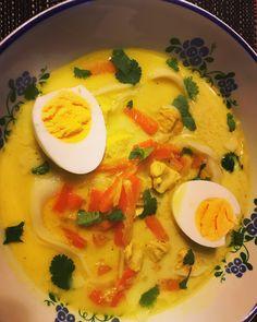Fűszeres csirkeleves kókusztejjel - Szöszi a konyhában Naan, Thai Red Curry, Chili, Lime, Ethnic Recipes, Food, Cilantro, Red Peppers, Limes