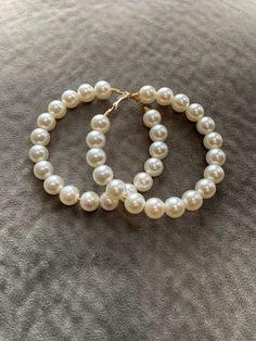 Diy Earrings Pearl, Diy Tassel Earrings, White Pearl Necklace, Pearl Jewelry, Beaded Jewelry, Beaded Bracelets, Diy Bags, Jewelry Photography, Mini Tattoos