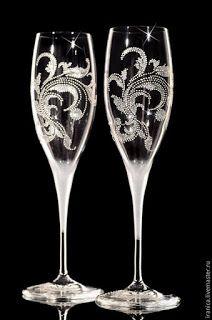 Bride And Groom Glasses, Wedding Wine Glasses, Diy Wine Glasses, Decorated Wine Glasses, Painted Wine Glasses, Wedding Champagne, Glass Bottle Crafts, Glass Bottles, Champaign Glasses