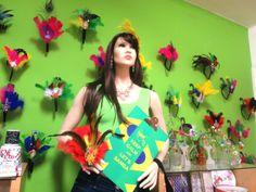 Se não vai pra Sapucaí, coloque pelo menos alguns adereços .#Carnaval #Brasil #BeloHorizonte Na vitrine especial do Mundo de Anna