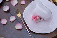 A técnica da granilha, que são pigmentos de tinta aplicados de forma manual, trazem ainda mais exclusividade às peças. Na foto, o prato de sobremesa e caneca da coleção Ryo Pink Sand. Foto: Karla Rudnick.