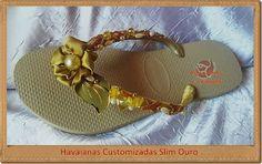 Havaianas Slim Customizadas - modelo ouro com bordado em pedrarias e tecido dourado.  Linda e feminina no blog Arte, Moda e Criações.