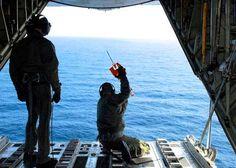 El pesquero 'fantasma' japonés, tocado y hundido - US Coast Guard fires on tsunami 'ghost ship'
