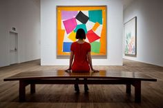 ARTE PARA NIÑOS: Henri Matisse o como dibujar con tijeras Pues bien cuando acababas de ver esta maravillosa exposición y atravesabas la última sala de recortables con los ojos llenos de formas de Matisse, lo que te encontrabas no podía ser mejor: un ejército de niños dibuja formas en ordenadores con los nueve colores que Matisse empleaba: rojo, naranja, amarillo, verde, azul, violeta, morado, negro y marrón. Unas composiciones que posteriormente se proyectan en las paredes  RZ100 Cuentos de…