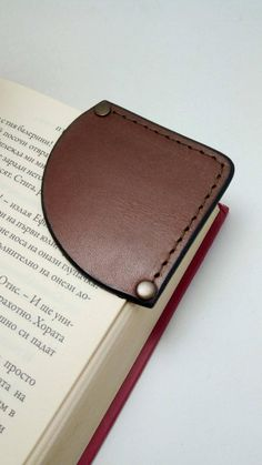 We hand made this genuine leather bookmarks / corner to be unique and elegant reader :) This elegant leather bookmarks is made from natural genuine leather . (cow hide ) You can choose the color leather and color thread from the options on the listing. This innovative leather bookmark slots over the Diy Leather Projects, Leather Diy Crafts, Handmade Leather, Custom Leather, Diy Leather Gifts, Leather Crafting, Vintage Leather, Leather Accessories, Leather Jewelry