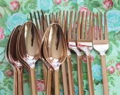 Faux copper plasticware, a good idea for a garden party. More inspirations on insplosion.com
