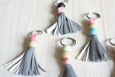 Avaimenperät on aina syksyisin hukassa ja heijastimiakaan ei ole koskaan liikaa. Yhdistettiin avaimenperä ja heijastinkangas, joten avaimetkin... Main Image, Key Fobs, Handicraft, Art For Kids, Tassel Necklace, Tassels, Drop Earrings, Creative, Crafts