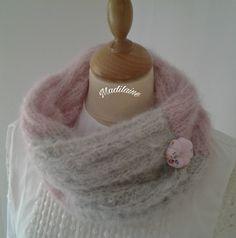 Snood, tour de cou tricoté main en laine rose et grise , petite fleur potiron : Echarpe, foulard, cravate par madilaine