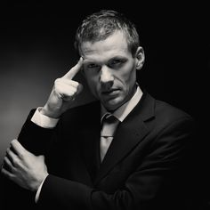Портретная съемка в студии для создания стильного бизнес-портрета сотрудника компании, мужской чёрно-белый портрет с образом