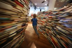 Brazilian artists Marcos Saboya and Gualter Pupo used 250,000 books to create a large literary maze for the London Festival.